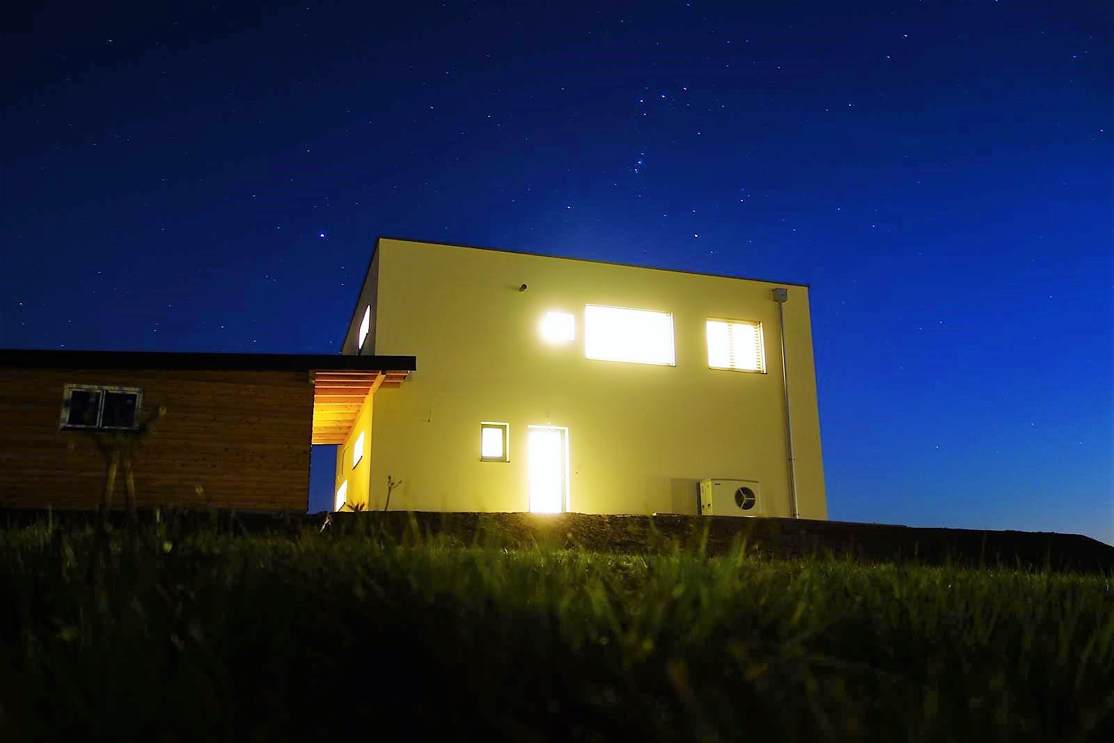 Baustein-Haus bei Nacht